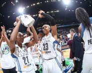The Minnesota Lynx thank their fans after taking Game 2 of the 2015 WNBA Finals.