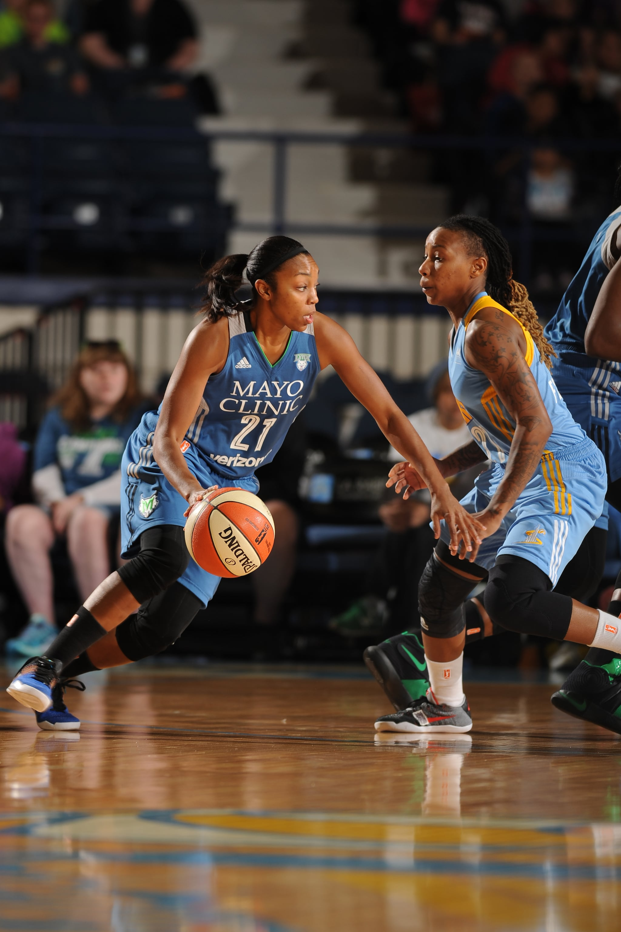 ROSEMONT, IL- MAY 18: Renee Montgomery #21 of the Minnesota Lynx handles the ball against the Chicago Sky on May 18, 2016 at the Allstate Arena in Rosemont, Illinois. NOTE TO USER: User expressly acknowledges and agrees that, by downloading and/or using this photograph, user is consenting to the terms and conditions of the Getty Images License Agreement. Mandatory Copyright Notice: Copyright 2016 NBAE (Photo by Randy Belice/NBAE via Getty Images)