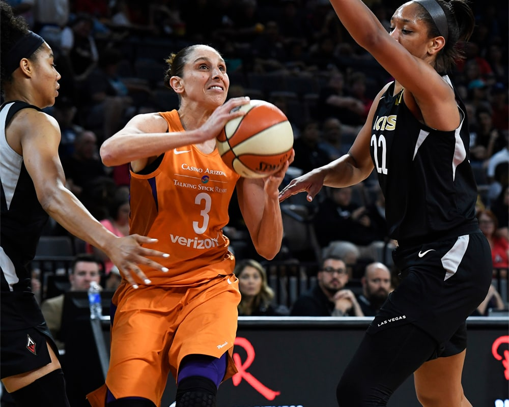 Diana Taurasi drives to the hole