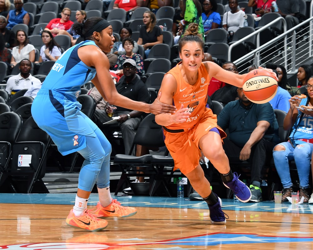 Leilani Mitchell dribbles to the basket
