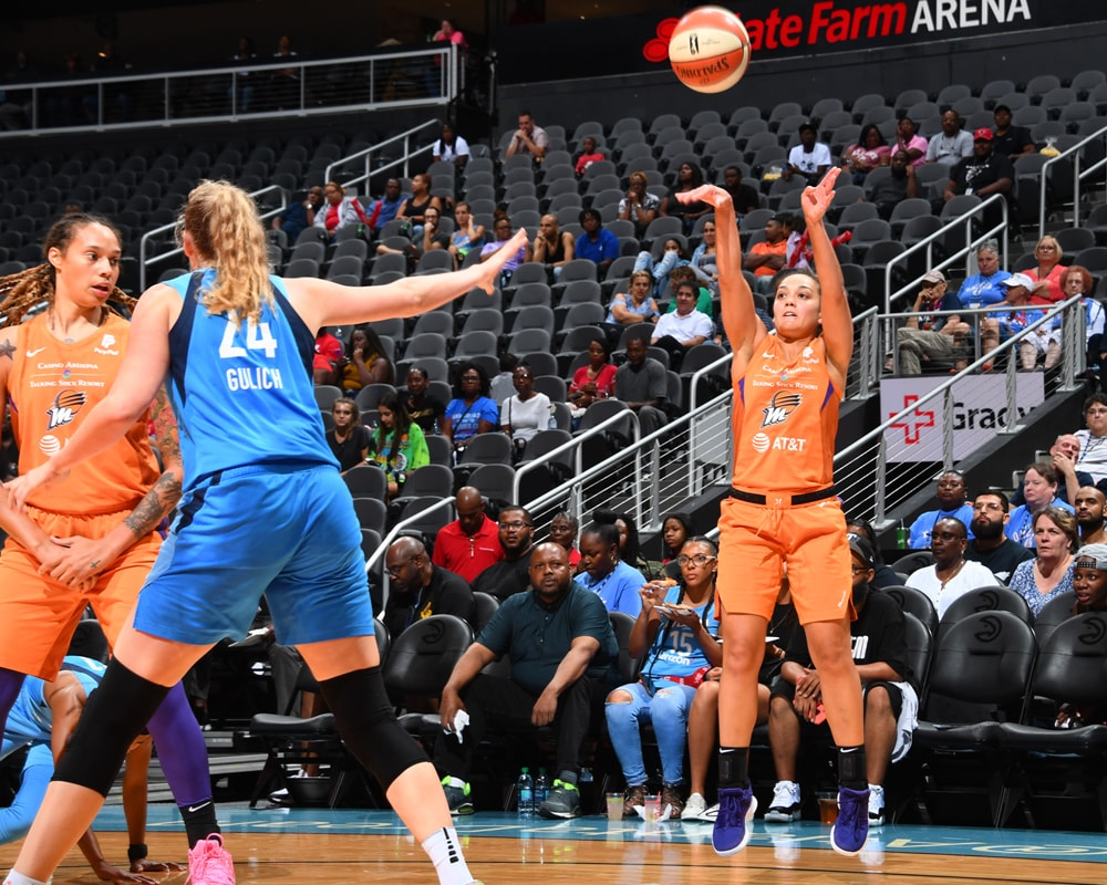 Leilani Mitchell shoots from deep