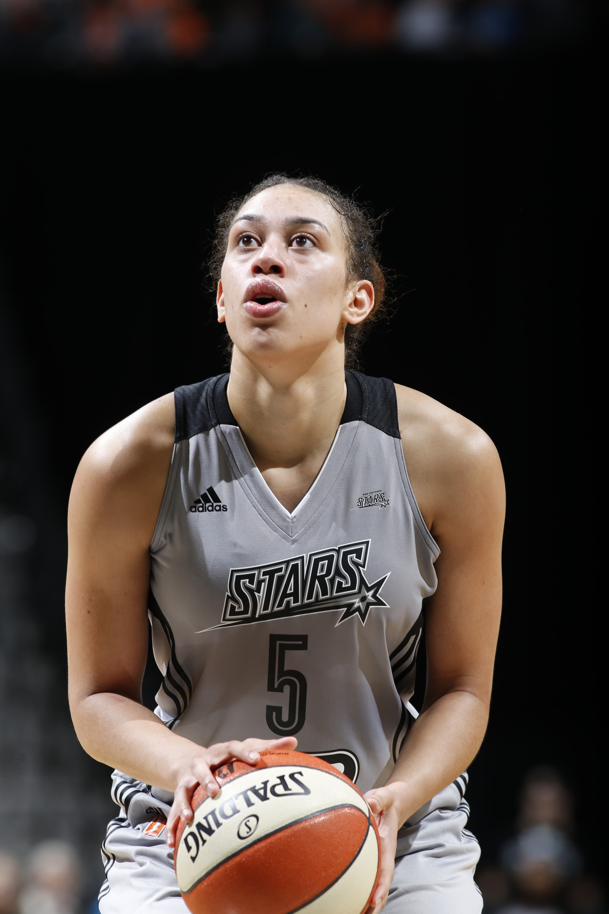 SAN ANTONIO, TX - MAY 19: Dearica Hamby #5 of the San Antonio Stars shoots a free throw against the Connecticut Sun on May 19, 2016 at AT&T Center in San Antonio, Texas. NOTE TO USER: User expressly acknowledges and agrees that, by downloading and or using this Photograph, user is consenting to the terms and conditions of the Getty Images License Agreement. Mandatory Copyright Notice: Copyright 2016 NBAE (Photo by Chris Covatta/NBAE via Getty Images)