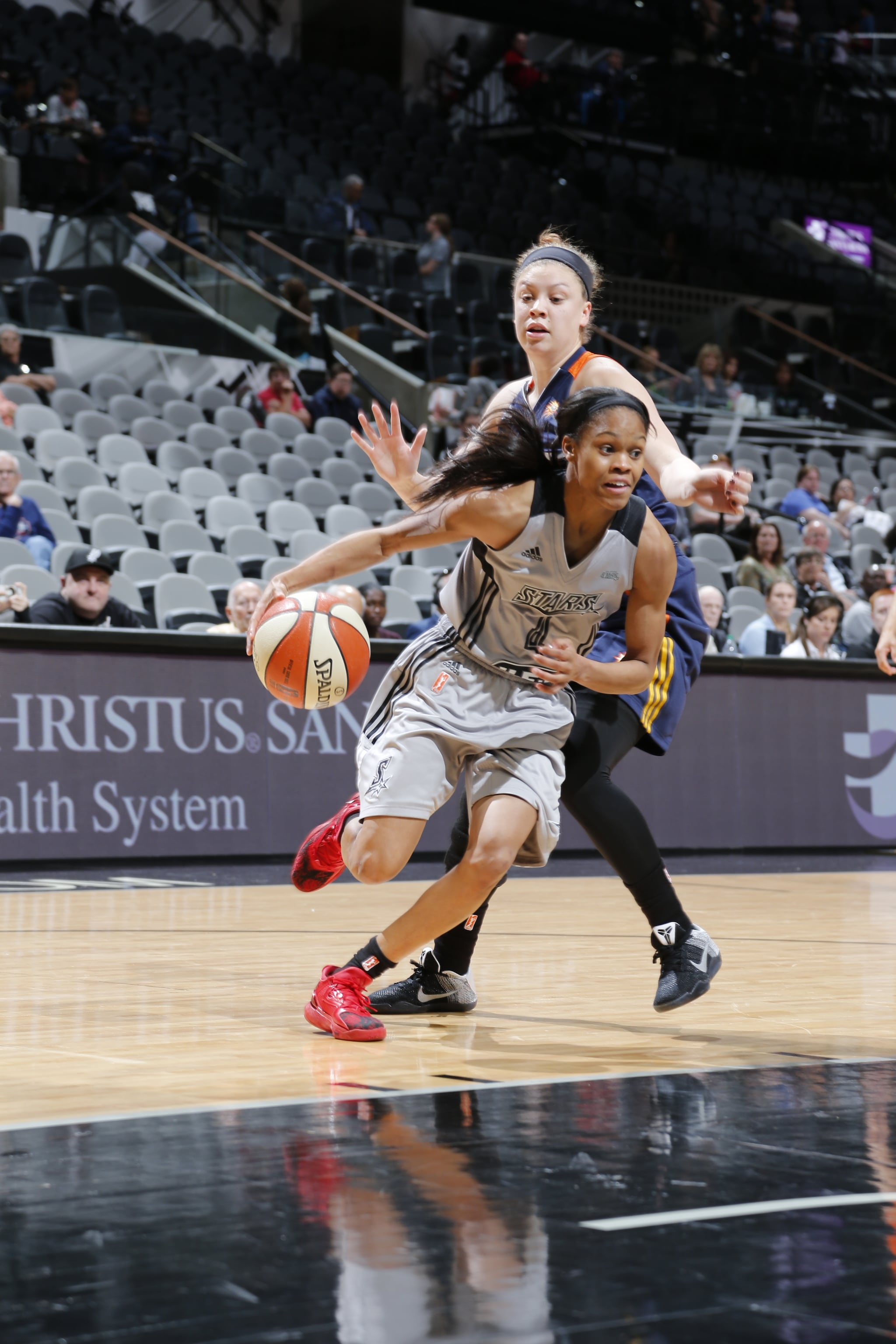 SAN ANTONIO, TX - MAY 19: Moriah Jefferson #4 of the San Antonio Stars drives to the basket against the Connecticut Sun on May 19, 2016 at AT&T Center in San Antonio, Texas. NOTE TO USER: User expressly acknowledges and agrees that, by downloading and or using this Photograph, user is consenting to the terms and conditions of the Getty Images License Agreement. Mandatory Copyright Notice: Copyright 2016 NBAE (Photo by Chris Covatta/NBAE via Getty Images)