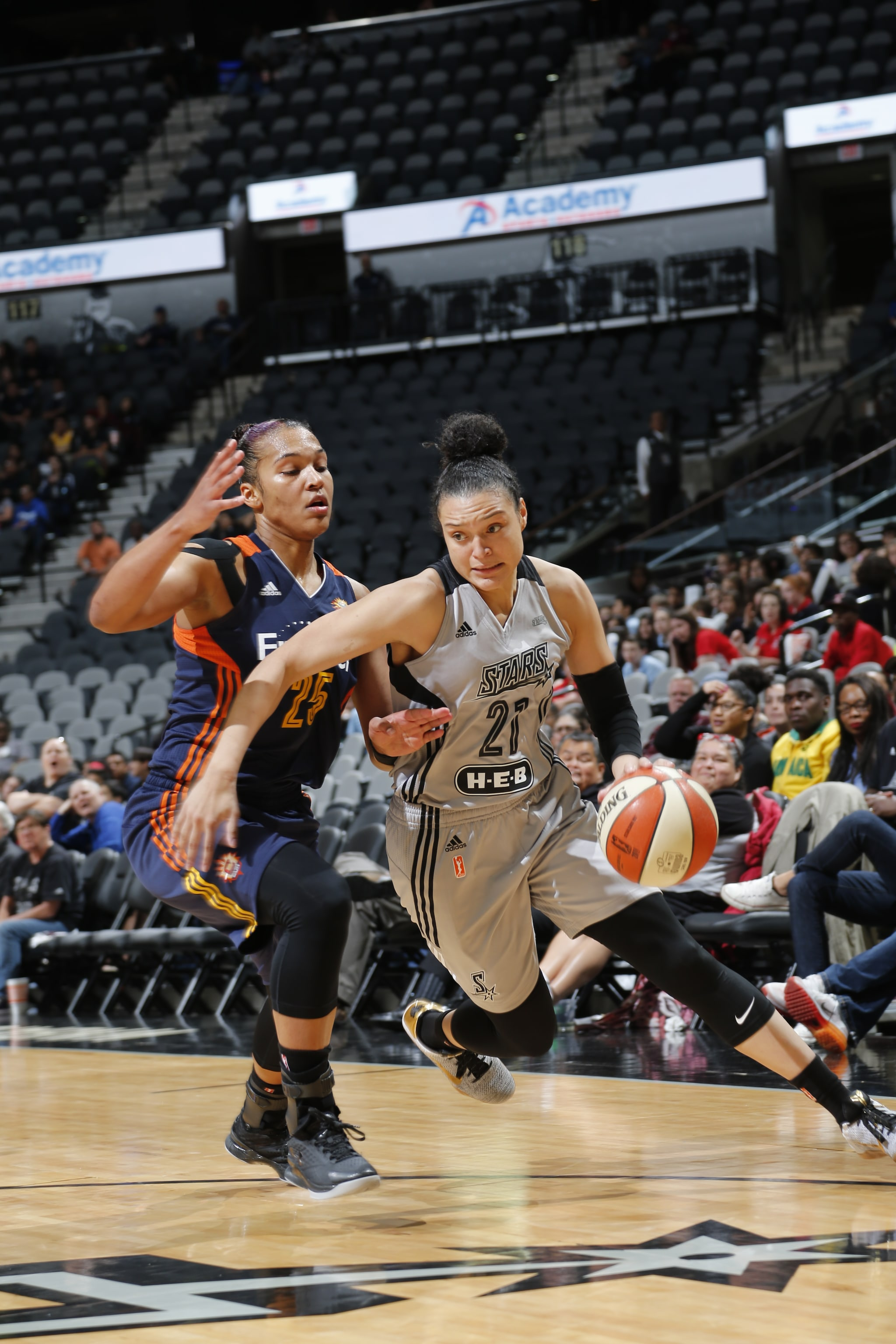SAN ANTONIO, TX - MAY 19: Kayla McBride #21 of the San Antonio Stars drives to the basket against the Connecticut Sun on May 19, 2016 at AT&T Center in San Antonio, Texas. NOTE TO USER: User expressly acknowledges and agrees that, by downloading and or using this Photograph, user is consenting to the terms and conditions of the Getty Images License Agreement. Mandatory Copyright Notice: Copyright 2016 NBAE (Photo by Chris Covatta/NBAE via Getty Images)