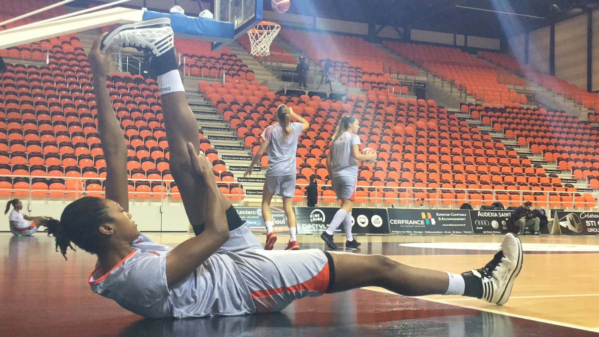 Pre-game stretching. Silver and Orange, two colors that I absolutely love #TangoBourges #SAStars #CuseNation