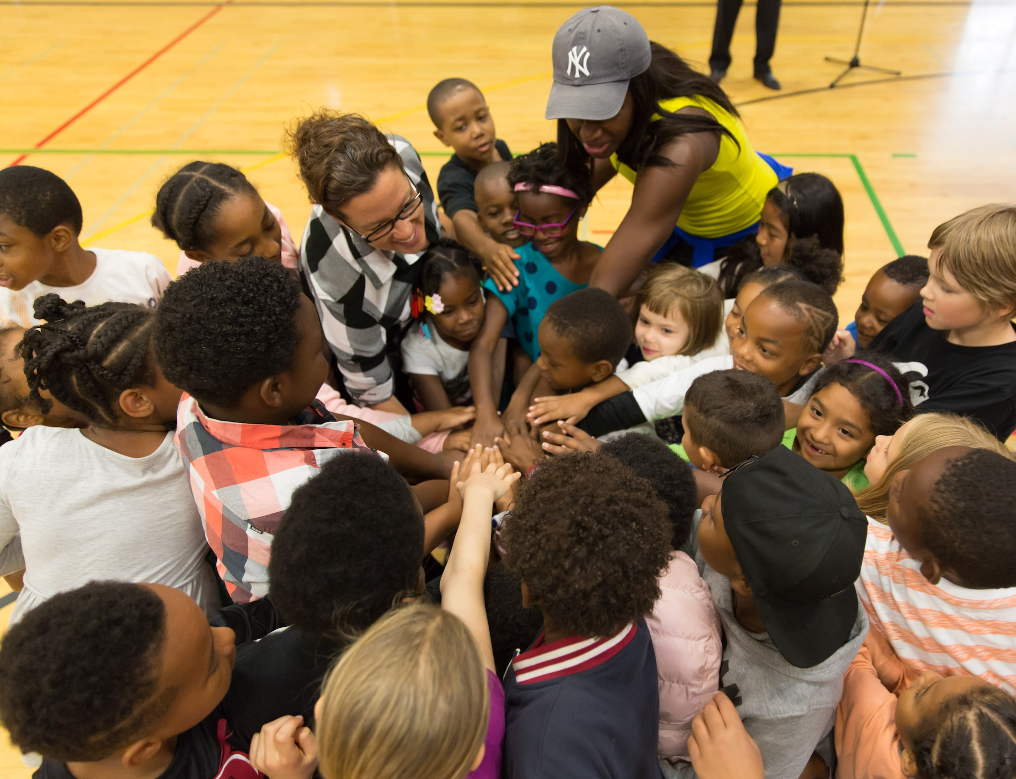 Crystal Langhorne huddles up with the kids before drills. (Neil Enns/Storm Photos)